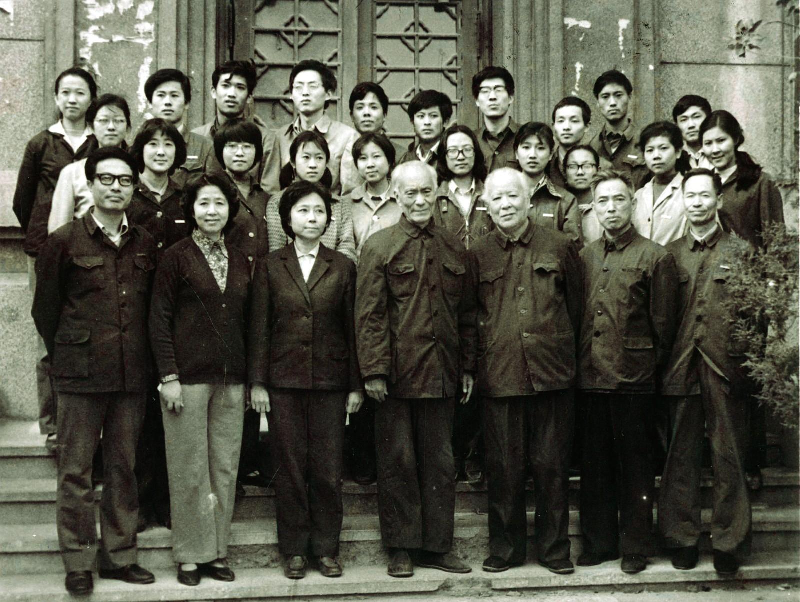 1983年中央工艺美术学院工艺美术史论系第一届本科生与院领导、教师合影。.jpg
