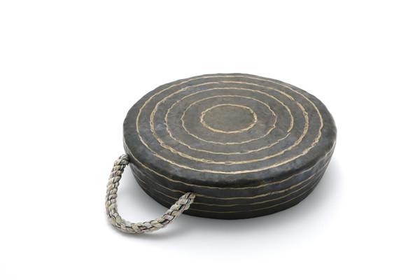 作者:李亨根(韩国)   作品:Korean Traditional Jing(Gong)    尺寸:38 x 38 x 8.5cm   材质:铜、锡 韩国.jpg